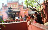 Sợ ô nhiễm, người Sài Gòn mang cá chép vào chùa thả