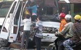 Xe khách đâm xe bồn, hơn 40 hành khách hoảng loạn