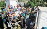 """Hàng trăm người dân bao vây trụ sở xã đòi xử hai """"cẩu tặc"""""""