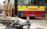 Hà Nội: Đấu đầu xe buýt, xe máy bốc cháy dữ dội