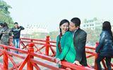 """""""Út Ráng"""" Kim Hiền ôm ấp chồng sắp cưới tại Hồ Gươm"""