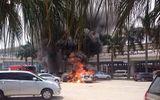 2 ô tô cháy ngùn ngụt ở bãi xe sân bay Nội Bài