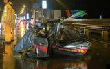 Taxi biến dạng do tai nạn trên cầu Thăng Long, 2 người thiệt mạng