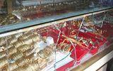 Người dân sôi sục truy lùng toán cướp tiệm vàng táo tợn