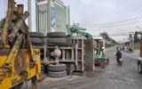 Xe tải lật nhào, hàng trăm khối đá đổ ào xuống đường