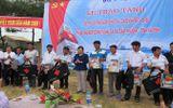 Bộ trưởng Y tế trao tủ thuốc cho ngư dân Hà Tĩnh