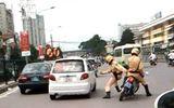Vượt đèn đỏ, kéo lê cảnh sát giao thông gần 20 mét