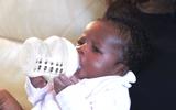 Chuyện lạ - Bé sơ sinh mới 3 ngày đã  biết cầm bình bú sữa