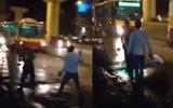 """Cộng đồng mạng - Clip: Xe ôm cầm gạch ném nhau """"loạn xạ"""" giữa đường"""