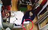 Xã hội - Clip: Quý bà sang trọng đi Vespa táo tợn vào cửa hàng trộm đồ