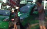 Clip: Người đàn bà đánh nhau với lái xe taxi gây tắc đường