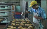 """Ẩm thực - Hãi hùng bột hết hạn và hóa chất """"lạ"""" tại cơ sở bánh Trung thu"""