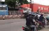 Xã hội - Xe CSGT leo dải phân cách, tông 3 người bị thương