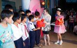 Lý Nhã Kỳ đi chân trần trao quà Trung Thu cho trẻ khuyết tật