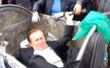 Thế giới 24h - Video: Nghị sĩ Ukraine bị người biểu tình ném vào xe rác