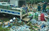 Lật xe tải trên quốc lộ 20, 1000 thùng bia đổ xuống đường