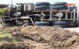 """Sự kiện hàng ngày - Clip: Xe tải lật nhào, hàng tấn đá xanh rơi xuống """"ngáng"""" đường"""