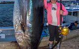 Chuyện lạ - Bé gái 12 tuổi câu được con cá ngừ khổng lồ nặng gần 300kg