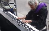 Cộng đồng mạng - Cụ già 79 tuổi chơi piano trên đường hút hơn triệu lượt xem