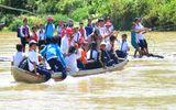 Miền Trung - Học sinh chen chúc đu dây kéo bè vượt dòng nước xiết