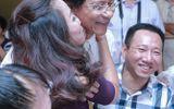 Ngôi Sao - Chế Linh toát mồ hôi vì fan nữ bất ngờ hôn trước mặt vợ