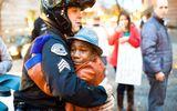 Bức ảnh của người gốc Việt lay động triệu trái tim trong bạo động