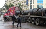 Tàu hỏa tông xe đầu kéo, hàng tấn cuộn thép văng xuống đường