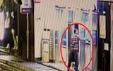"""Video: Kỳ lạ người đàn ông vác búa đập 9 cây ATM để """"trả thù"""""""