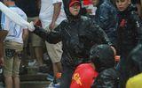 Video: CĐV Malaysia tràn sang khán đài đánh CĐV Việt Nam