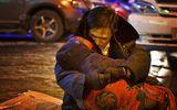 Thế giới 24h - Cảm động cảnh cụ ông ôm xác vợ dưới trời lạnh âm 24 độ C