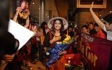 """Ngôi Sao - Cô dâu 8 tuổi """"nghẹt thở"""" trong vòng vây fans Việt"""