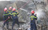 Sự kiện hàng ngày - Ngọn lửa thiêu rụi kho phế liệu, hàng trăm người hoảng loạn