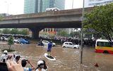 Cộng đồng mạng - Chàng Tây chèo 'thuyền ôm' giữa phố ngập lụt ở Hà Nội