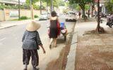 """Cộng đồng mạng - Gặp cô gái """"váy đen, khăn đỏ"""" đẩy xe cho bà cụ bán rong ở Sài Gòn"""