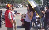 Nữ phóng viên bị đình chỉ vì đeo kính, che ô lúc tác nghiệp