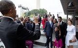 Ông Bush nhờ ông Obama chụp ảnh hộ vì không selfie được