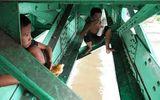 4 đứa trẻ sống vắt vẻo trên dầm cầu giữa Sài Gòn