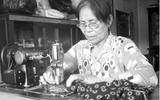 Chuyện cảm động về người mẹ miệt mài may vá để giúp kẻ nghèo khó