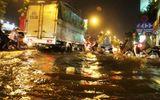 """TP HCM lại mưa lớn gây ngập nặng, người dân """"bơi"""" giữa đường"""