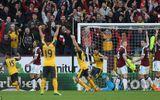 """Arsenal thắng """"rùa"""" siêu kịch tính nhờ """"bàn tay của Chúa"""""""