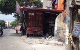 Mất lái, xe container đâm xuyên 4 nhà dân sống ven đường