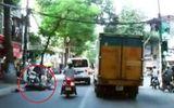 Va chạm với xe cứu thương, người đàn ông nằm bất tỉnh dưới đường