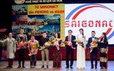 Phạm Hương diện áo dài trắng về trường tặng 100 suất học bổng cho sinh viên