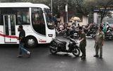 Đang chạy xe trên đường, nam thanh niên bị kẻ lạ mặt chém gần lìa tay