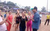 Chuyện làng sao - MC Phan Anh giao lưu bóng chuyền với chị em vùng lũ