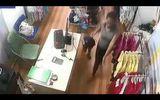 Người phụ nữ xúi bé trai trộm tiền trong shop quần áo