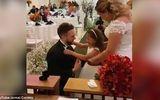 Cảm động giữa hôn lễ, chú rể quỳ gối, trao nhẫn cho con cô dâu