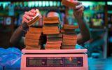 Siêu lạm phát khiến người Venezuela phải cân tiền