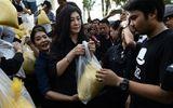 Cựu Thủ tướng Thái Lan Yingluck Shinawatra đi bán gạo