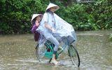 Hoa hậu Phạm Hương chạy xe đạp chở cụ già trong cơn mưa dầm